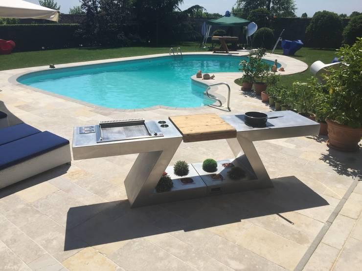 ZED EXPERIENCE relax in piscina: Giardino in stile in stile Eclettico di ZED EXPERIENCE - indoor & outdoor kitchen