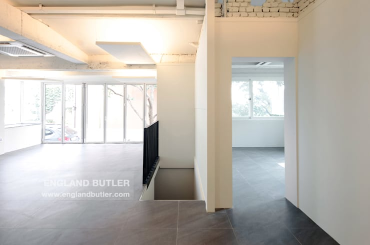 Minimalist study/office by 잉글랜드버틀러 Minimalist
