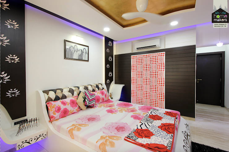Camera da letto in stile  di home makers interior designers & decorators pvt. ltd.