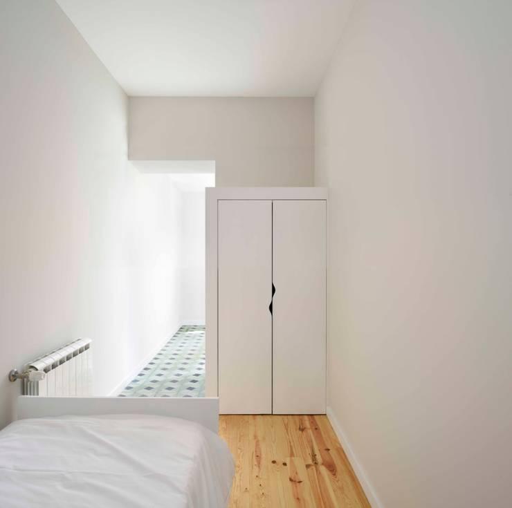 Casa na Avenida Fernão de Magalhães: Quartos  por Alessandro Pepe Arquitecto