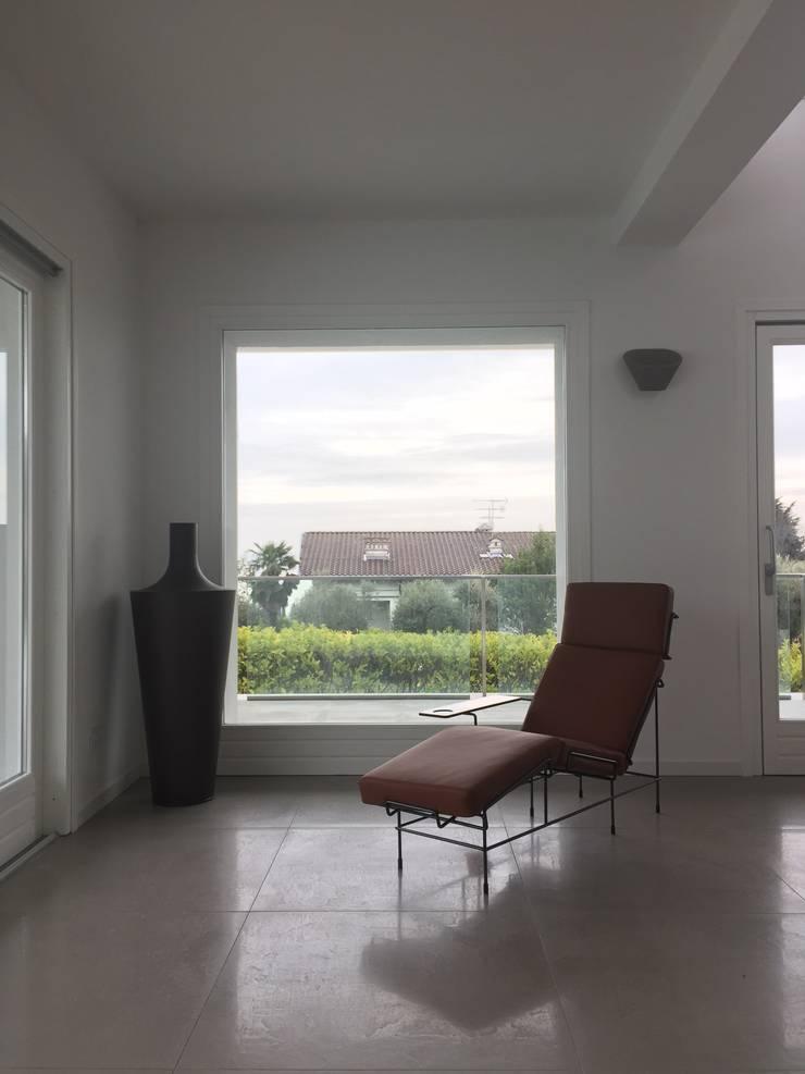 UNA ARCHITETTURA RIGOROSA: Ingresso, Corridoio & Scale in stile  di HP Interior srl
