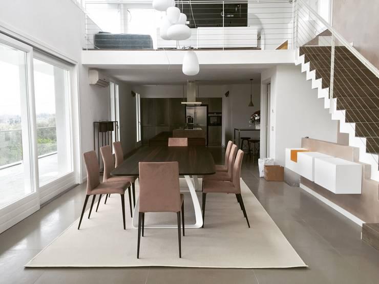 UNA ARCHITETTURA RIGOROSA: Sala da pranzo in stile  di HP Interior srl