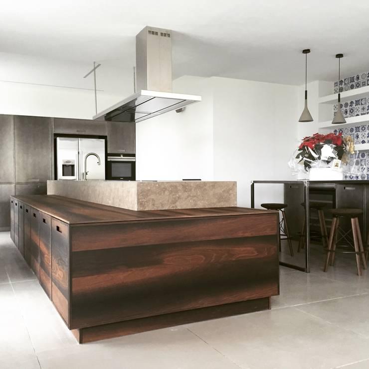 UNA ARCHITETTURA RIGOROSA: Cucina in stile  di HP Interior srl