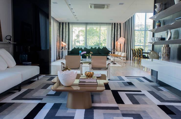 Casa Dunas: Salas de estar  por Rodrigo Maia Arquitetura + Design