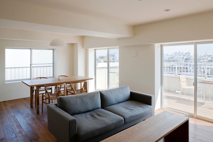 Living room by 本城洋一建築設計事務所