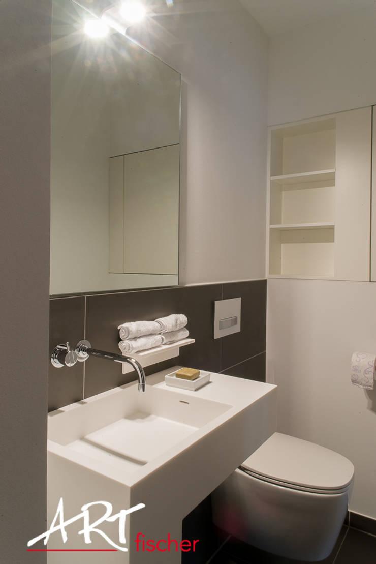 Optimale Raumnutzung im kleinen Bad:  Badezimmer von ARTfischer Die Möbelmanufaktur.
