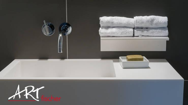 Waschbecken und Handtuchhalter:  Badezimmer von ARTfischer Die Möbelmanufaktur.