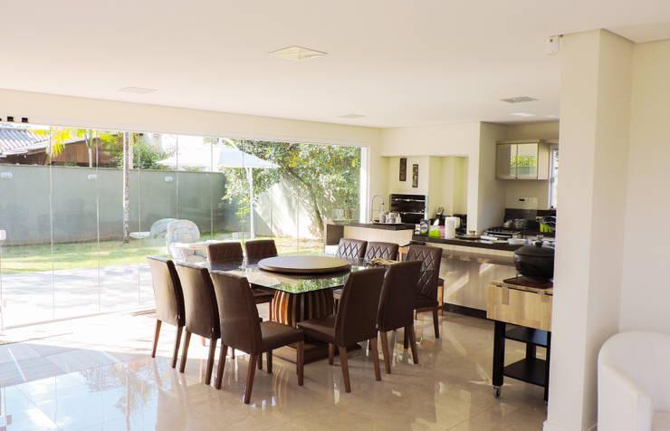 Cucina in stile in stile Moderno di Cecyn Arquitetura + Design
