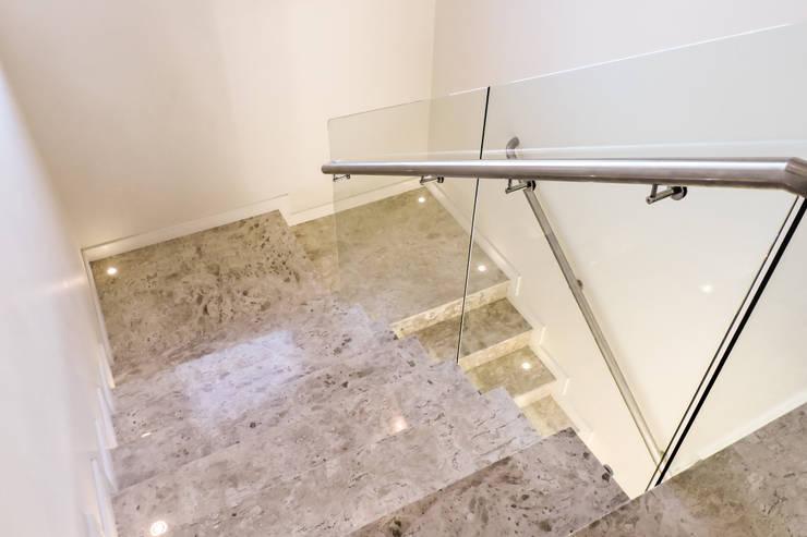 Casa RM53: Corredores e halls de entrada  por Cecyn Arquitetura + Design