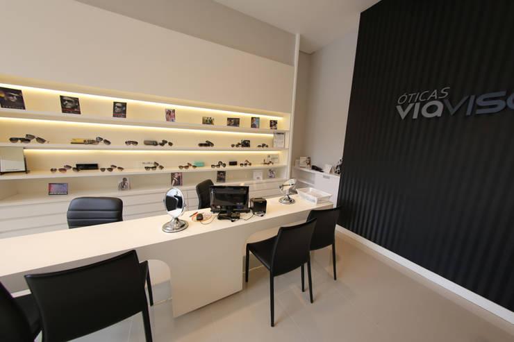 Ótica Via Visão: Lojas e espaços comerciais  por Cecyn Arquitetura + Design