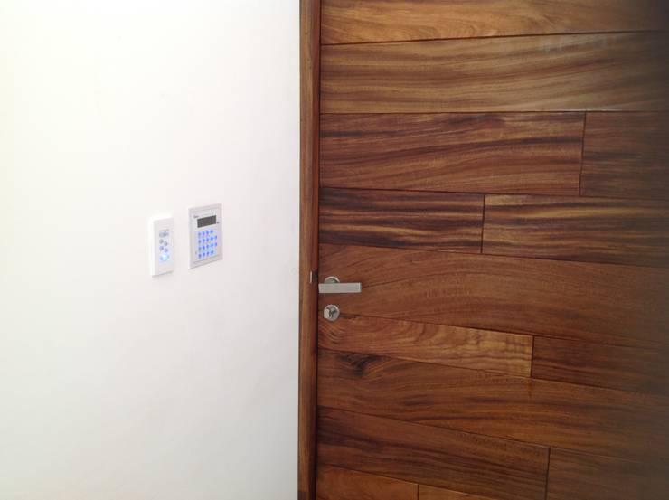 Residencia CB675: Pasillos y recibidores de estilo  por Domótica y Automatización Integral