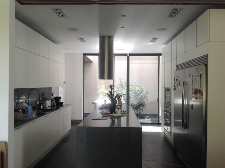 Residencia CB675: Cocinas de estilo  por Domótica y Automatización Integral