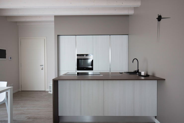 UNA ABITAZIONE DAI COLORI CALDI: Cucina in stile in stile Moderno di HP Interior srl