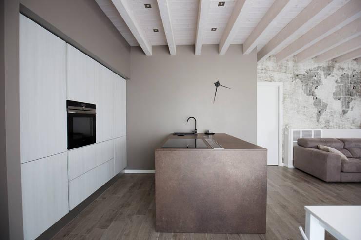 UNA ABITAZIONE DAI COLORI CALDI: Cucina in stile  di HP Interior srl
