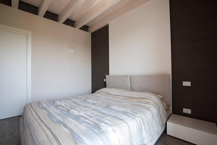 UNA ABITAZIONE DAI COLORI CALDI: Camera da letto in stile in stile Moderno di HP Interior srl