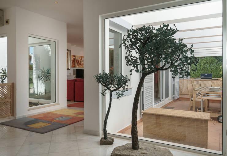 Pasillos y hall de entrada de estilo  por Zenaida Lima Fotografia