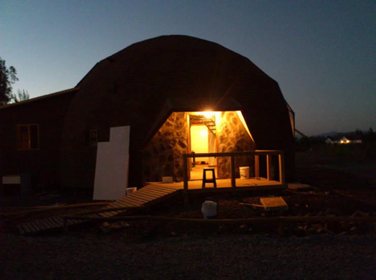 El domo al anochecer: Casas de estilo  por Angélica Guzmán