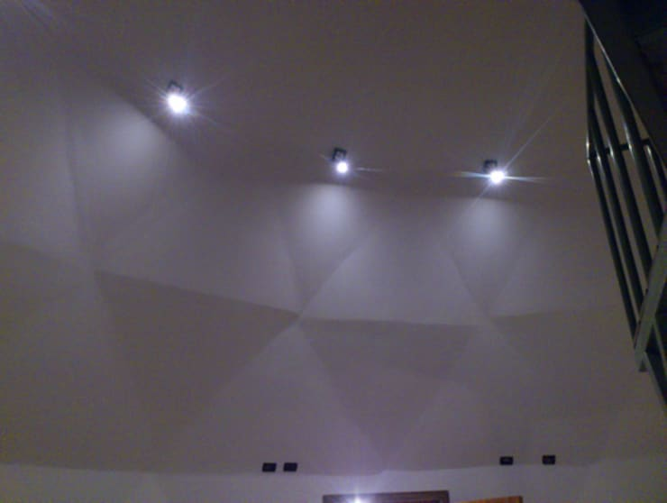 Luces del domo: Pasillos y hall de entrada de estilo  por Angélica Guzmán