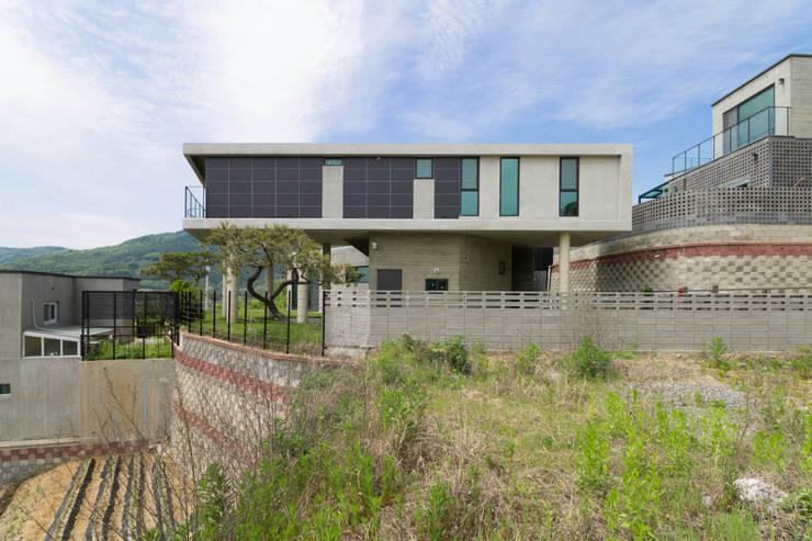 강이 보이는 언덕 위의 모던하우스, 양평 'Y' 주택: 스튜디오메조 건축사사무소의  주택
