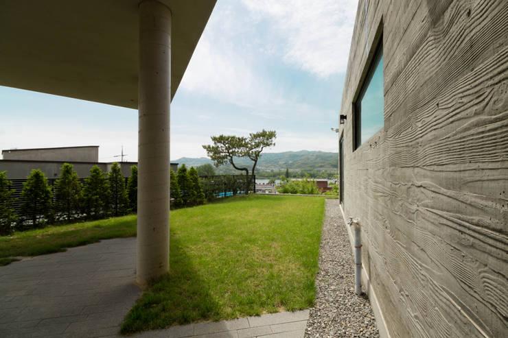 강이 보이는 언덕 위의 모던하우스, 양평 'Y' 주택: 스튜디오메조 건축사사무소의  정원