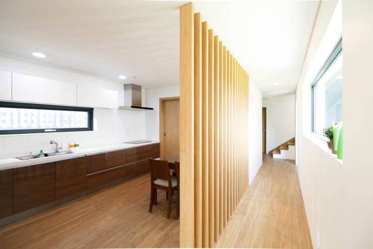 강이 보이는 언덕 위의 모던하우스, 양평 'Y' 주택: 스튜디오메조 건축사사무소의  다이닝 룸