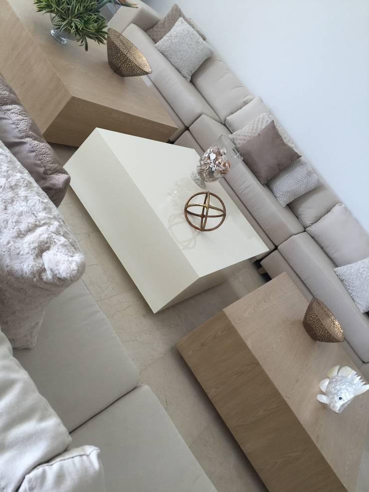 Sala tonos neutros: Salas de estilo  por Monica Saravia, Moderno