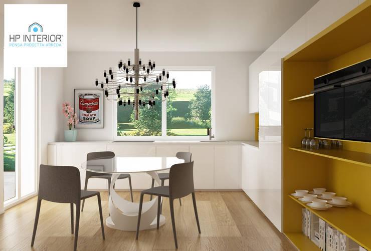 GIALLO ?? PERCHE' NO !!!!!!!!: Cucina in stile in stile Moderno di HP Interior srl