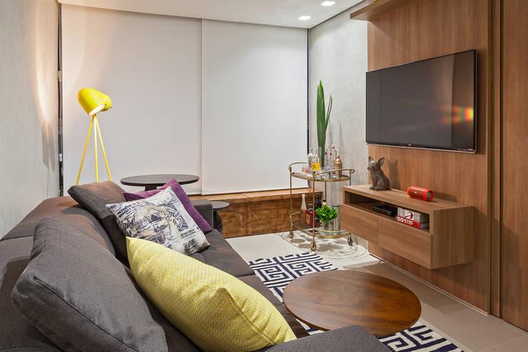 Salas / recibidores de estilo  por Amis Arquitetura & Design