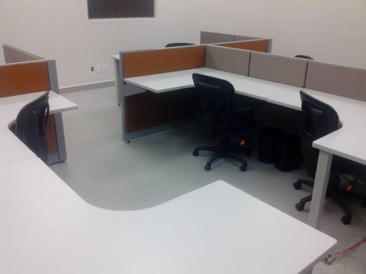 Modulos terminados con escritorio blanco: Oficinas y tiendas de estilo  por Muebles Modernos para Oficina, S.A.
