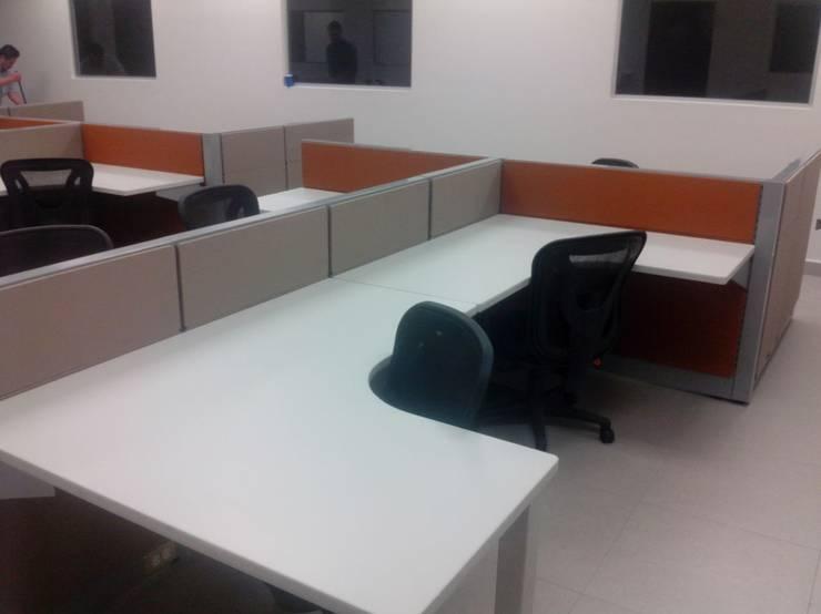 Modulos con escritorio blanco: Oficinas y tiendas de estilo  por Muebles Modernos para Oficina, S.A.