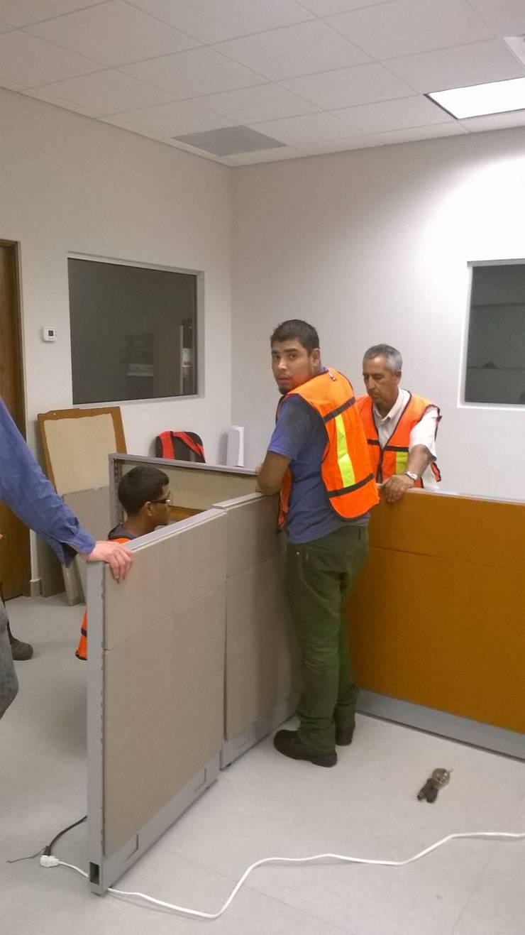 Terminando la instalacion de la ultima mampara: Oficinas y tiendas de estilo  por Muebles Modernos para Oficina, S.A.