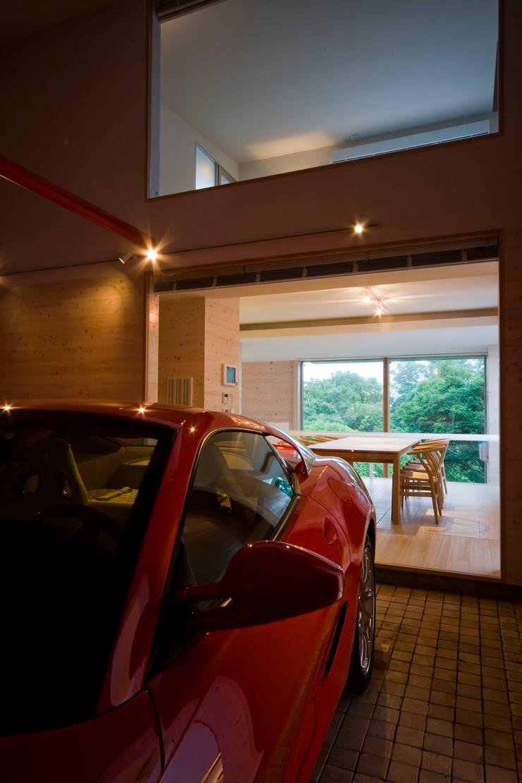 愛車と暮らす家(フェラーリ): Kenji Yanagawa Architect and Associatesが手掛けたガレージです。,モダン 木 木目調