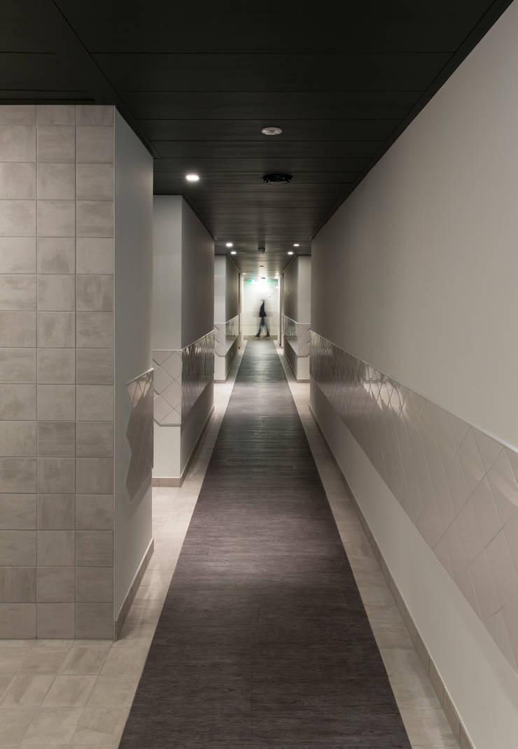 Gang:  Hotels door INTER/ALTER interior architects , Modern
