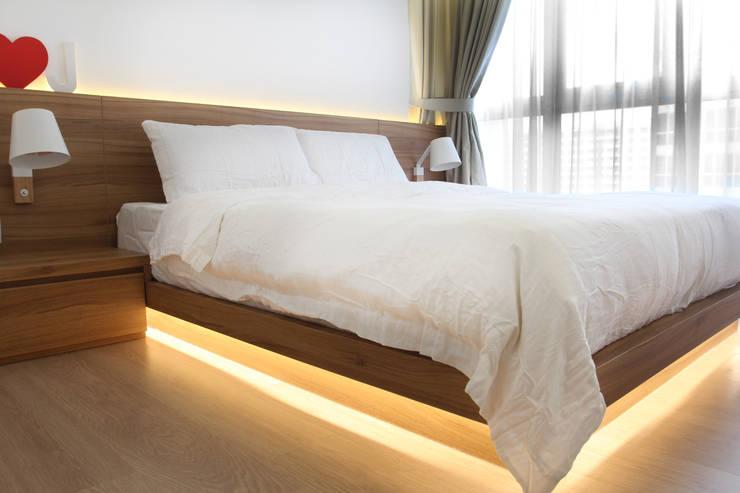 Austville Residence:  Bedroom by Eightytwo Pte Ltd