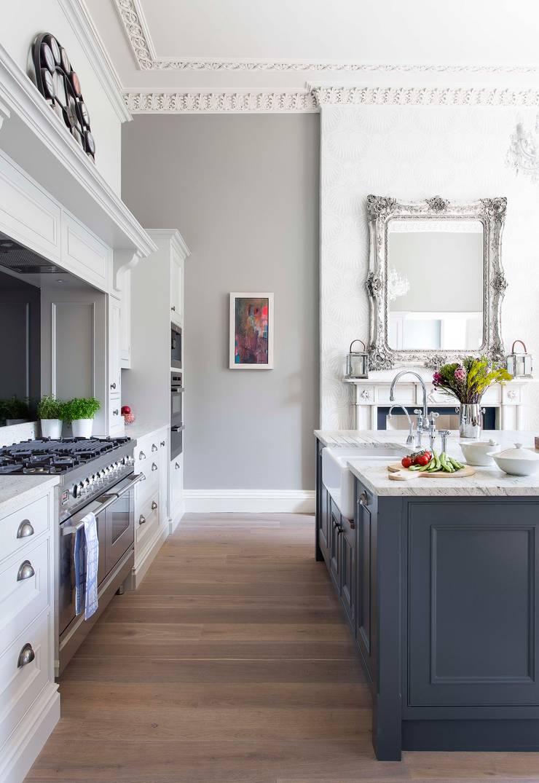 Tudor Handpainted Kitchen par Sculleries of Stockbridge Classique