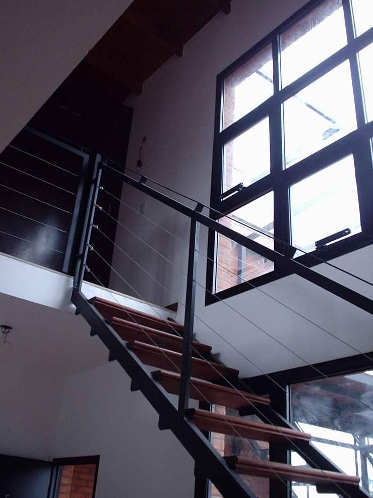Moderne Arbeitszimmer von laura zilinski arquitecta Modern Holz Holznachbildung