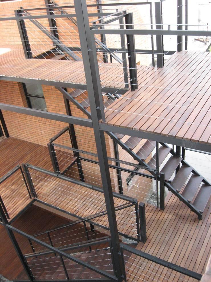 Moderner Flur, Diele & Treppenhaus von laura zilinski arquitecta Modern