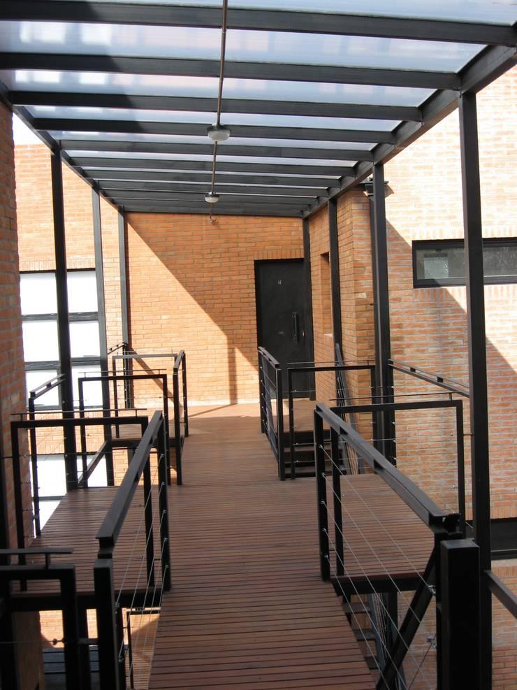 Moderner Balkon, Veranda & Terrasse von laura zilinski arquitecta Modern
