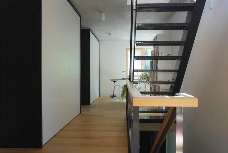 Projekty,  Korytarz, przedpokój zaprojektowane przez fried.A - Büro für Architektur