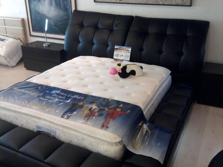 Cama Queen: Dormitorios de estilo  por Decoraciones Santander