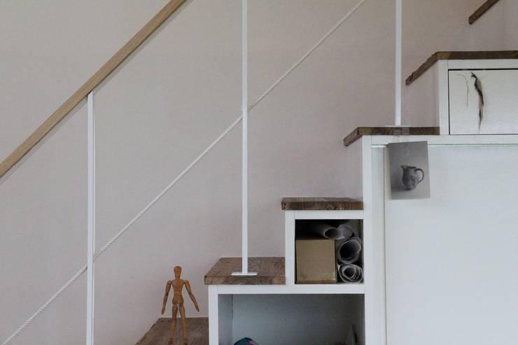 Pasillos y hall de entrada de estilo  por Mimasis Design/ミメイシス デザイン,