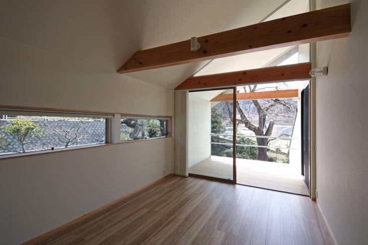 しだれ桜と暮らす家: 設計事務所アーキプレイスが手掛けたリビングです。