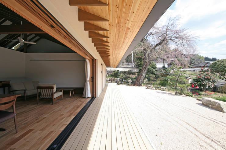 しだれ桜と暮らす家: 設計事務所アーキプレイスが手掛けたテラス・ベランダです。