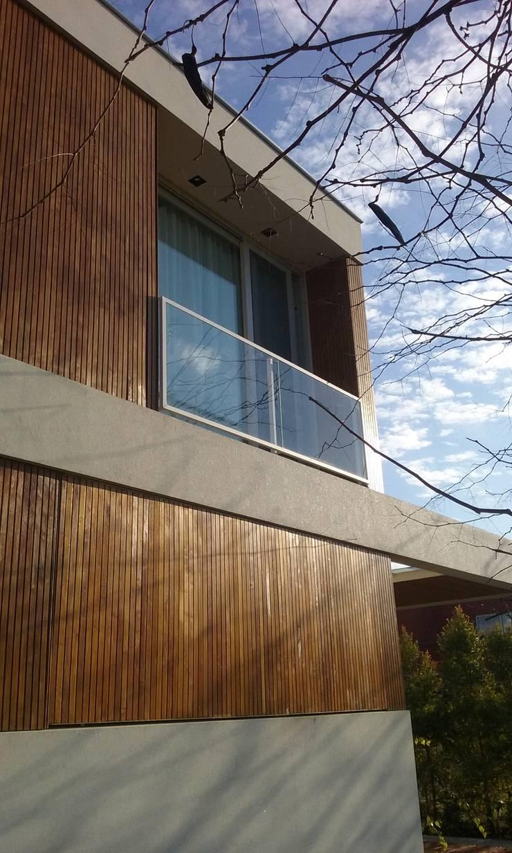 Moderne Häuser von estudio|44 Modern Holz Holznachbildung