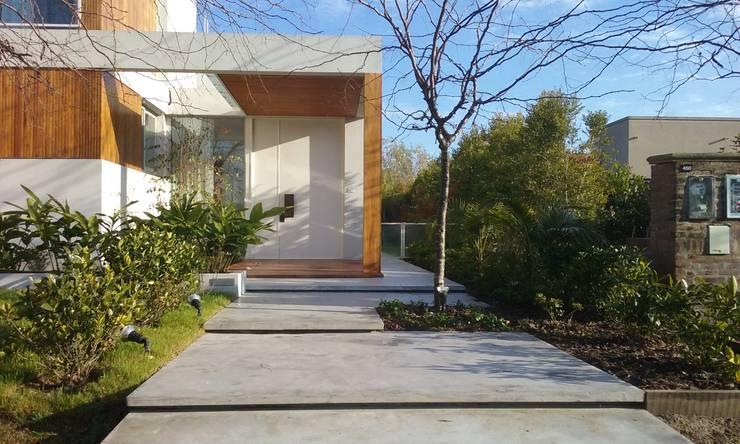 Moderne Häuser von estudio|44 Modern Beton