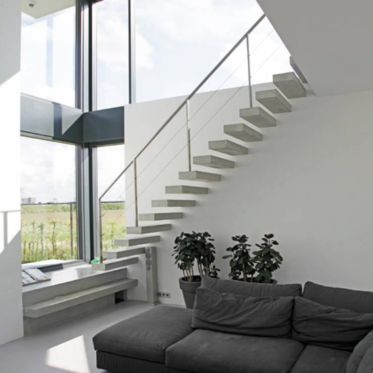 Betonnen trap:  Gang en hal door Archstudio Architecten | Villa's en interieur, Minimalistisch Beton