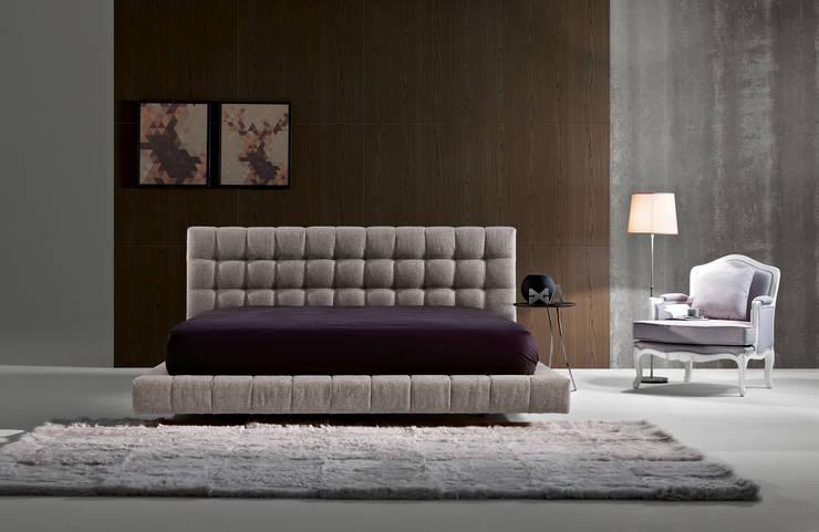 Camas estofadas Upholstered beds www.intense-mobiliario.com  MANISA http://intense-mobiliario.com/pt/camas-estofadas/5614-cama-manisa.html: Quarto  por Intense mobiliário e interiores;