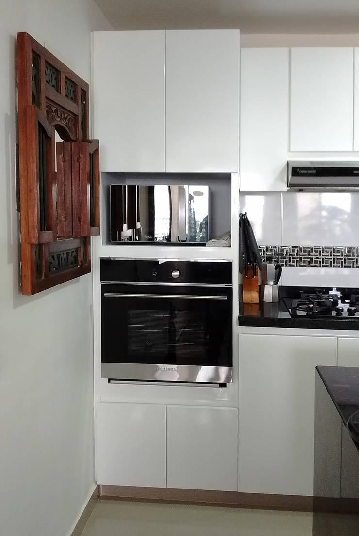Torre de hornos: Cocinas de estilo moderno por Remodelar Proyectos Integrales