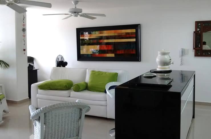 Conexión visual cocina y salón: Comedores de estilo moderno por Remodelar Proyectos Integrales