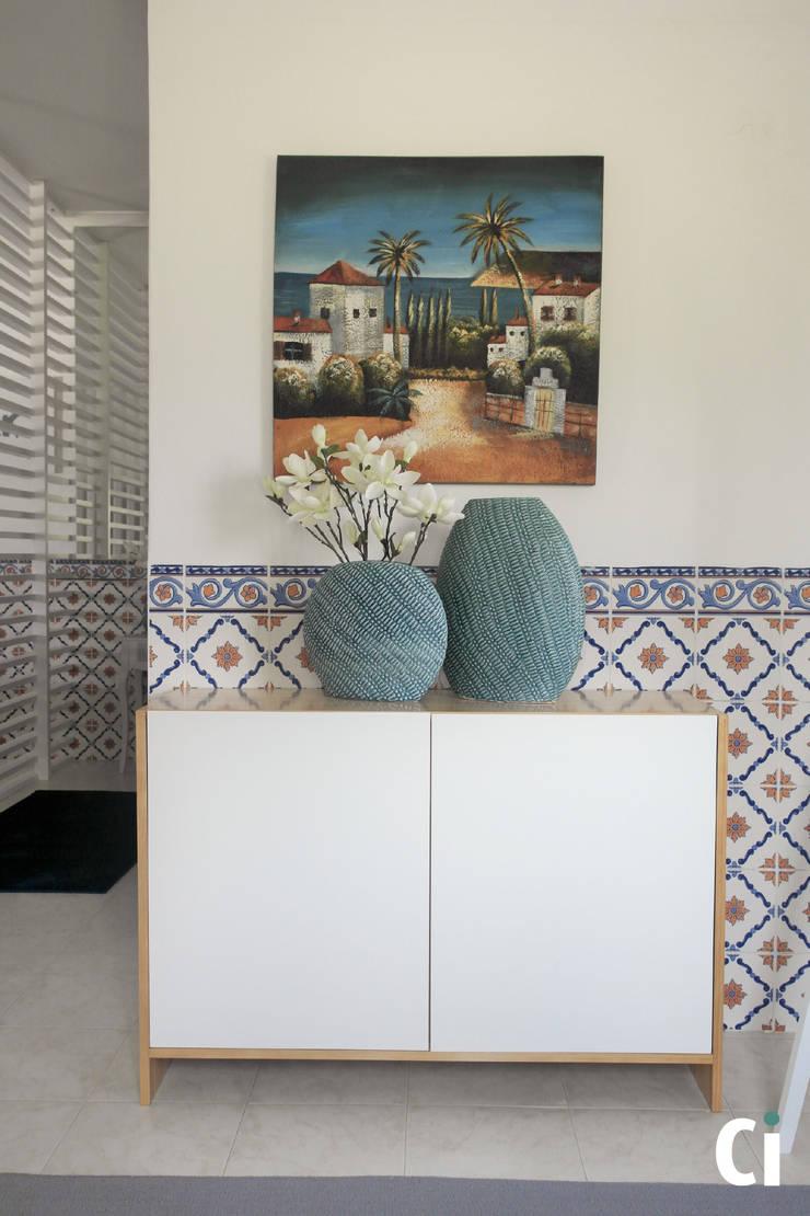Sala de convívio familiar, 2015 – Braga: Corredores e halls de entrada  por Ci interior decor